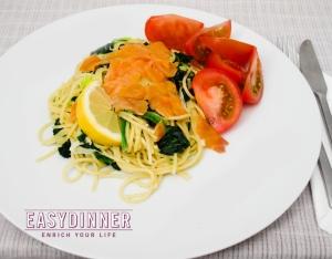 Salmon ahumado con Espagueti y espinacas