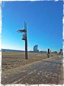 Playa de la Barceloneta. Al fondo, el hotel W.